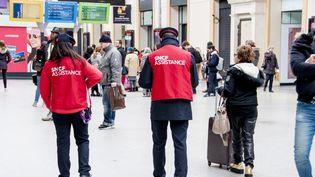 """Des employés de la SNCF dans une gare parisienne, le 31 mars 2018. L'entreprise aannoncé que 3 000 """"gilets rouges"""" viendront renseigner les usagers mardi 3 avril, jour de grève des cheminots. (DAVID SEYER / CROWDSPARK)"""