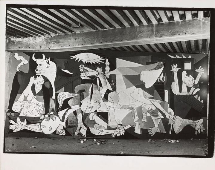 """Dora Maar, Huile sur toile """"Guernica"""" en cours d'exécution, état VII, atelier des Grands-Augustins, Pari, en mai-juin 1937, Paris, 1937, Musée national Picasso-Paris, don Succession Picasso, 1992  (RMN‐Grand Palais / Mathieu Rabeau © Succession Picasso 2018 )"""