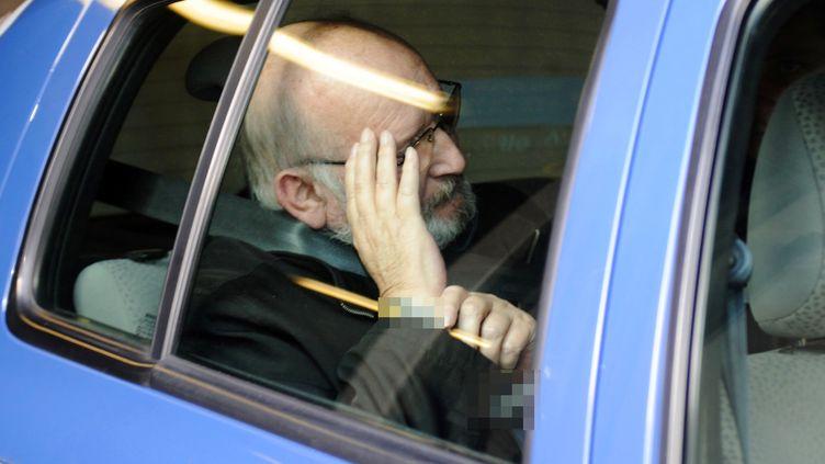 Jean-Claude Mas, fondateur de la société de prothèses mammaires PIP lors d'un transfert entre la cour d'appel d'Aix-en-Provence et sa cellule, le 21 mars 2012. (BORIS HORVAT / AFP)