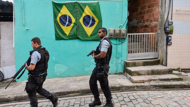 Des policiers dans une favela de Rio de Janeiro (Brésil), le 11 juillet 2014. (CARLOS BECERRA / ANADOLU AGENCY / AFP)