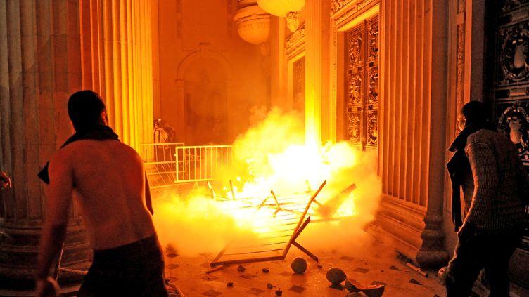 Des manifestants prennent d'assaut le siège du gouvernement de l'Etat de Rio, à Rio de Janeiro, au Brésil, le 17 juin 2013. (TASSO MARCELO / AFP)