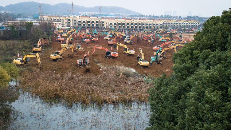 Les travaux de l'hôpital spécial pour accueillir les patients du coronavirus ont débuté vendredi 24 janvier 2020 dans le district de Wuhan (Chine). (XIAO YIJIU / XINHUA / AFP)