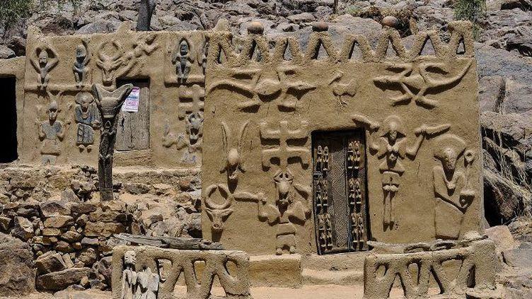 Maison traditionnelle dogon près des falaises de Bandiagara. (AFP - DANIEL RIFFET / PHOTONONSTOP)