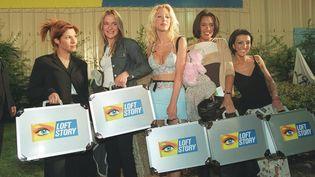 Kenza, Delphine, Loana, Julie et Laure, les cinq candidates de l'émission Loft Story au moment de rentrer dans la maison, en avril 2001 (GIOS / MAXPPP)