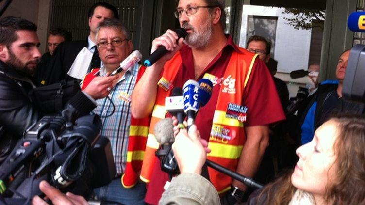 Le porte-parole de l'intersyndicale CGT-CFDT-CFE/CGC, Yvon Scornet, annonce la liquidation de la raffinerie de Petit-Couronne (Seine-Maritime) à ses salariés, à Rouen, le 16 octobre 2012. (YVES JUNQUA / FRANCE 2)