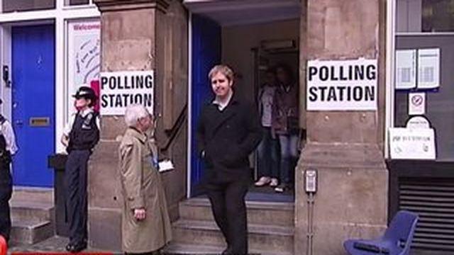 Législatives en Grande-Bretagne : les électeurs inquiets à la sortie des urnes