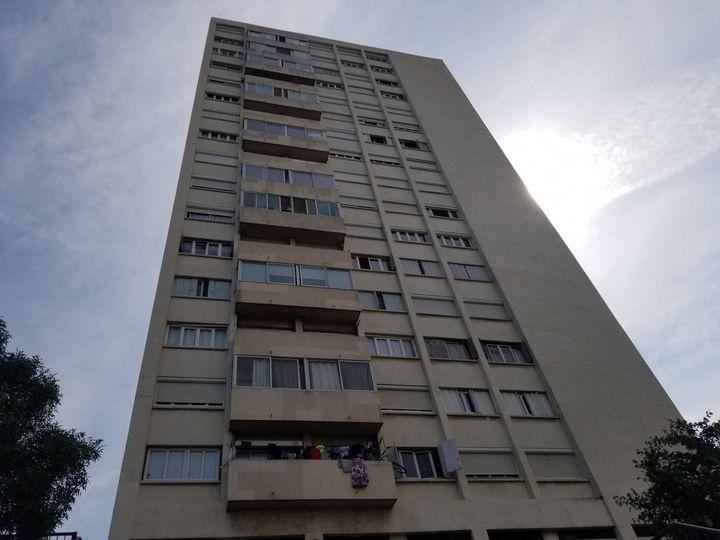 Une des tours de la cité des Marronniers dans le 14e arrondissement de Marseille, le 25 août 2021. (CLEMENTINE VERGNAUD / RADIO FRANCE)