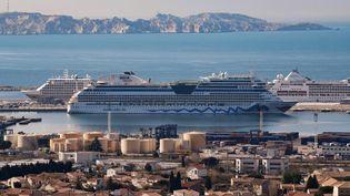 Des paquebots de croisière dans le port de Marseille. (NICOLAS TUCAT / AFP)