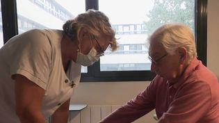 Obligation vaccinale des soignants : les hôpitaux anticipent les absences (FRANCE 2)