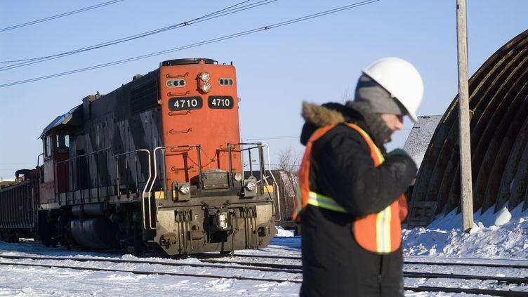 Un cheminot assure la maintenance sur une voie de chemin de fer dans la province du Québec. (EMMANUEL JOLY / PHOTONONSTOP)