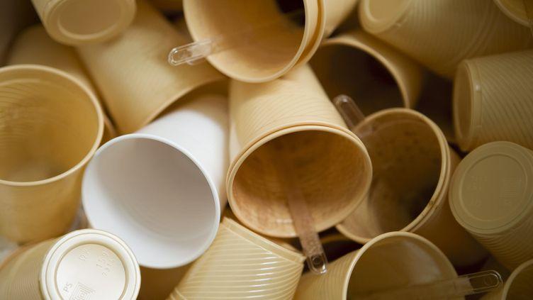 Des gobelets en plastique usagés. (MAXPPP)