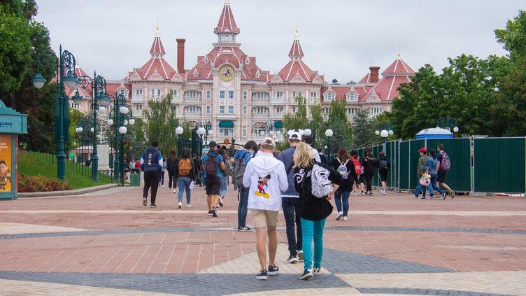 Des personnes visitent Disneyland Paris, le 15 juillet 2020, à l'occasion de la réouverture du parc après quatre mois de fermeture en raison de la crise sanitaire. (SANDRINE MARTY / HANS LUCAS / AFP)