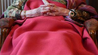 Une personne âgée assise dans un fauteuil. (Photo d'illustration) (MAXPPP)