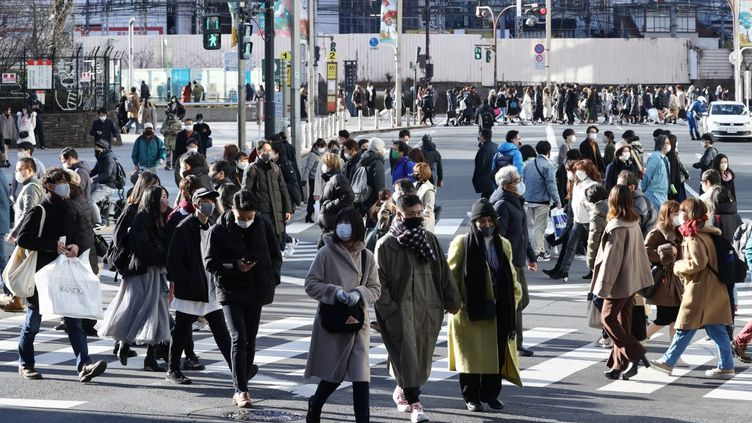 Des habitants de Tokyo circulent masqués dans le quartier de Shinjuku, dimanche 10 janvier 2021. (MASANORI INAGAKI / YOMIURI  / AFP)