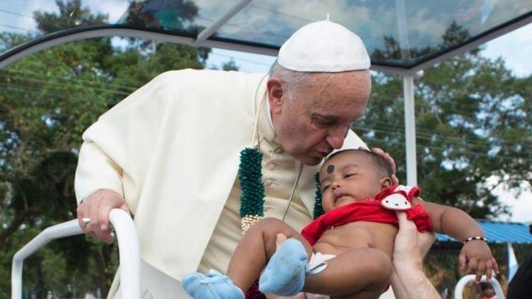 Le pape François embrasse un enfant au Sri Lanka, le 14 janvier 2015. (EYEPRESS NEWS / AFP)