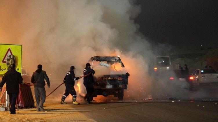 Un véhicule en feu près d'un stade au nord-est du Caire (STR / AFP)