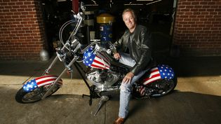 """Peter Gonda pose sur une moto, le 23 octobre 2009, à l'occasion des 40 ans du film """"Easy Rider"""", à Glendale (Californie). (MARIO ANZUONI / REUTERS)"""