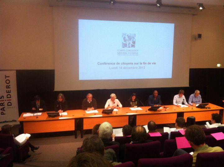 """Des membres de la """"conférence de citoyens"""" sur la fin de vie présentent leur texte à Paris, le 16 décembre 2013. (  FRANCETV INFO )"""