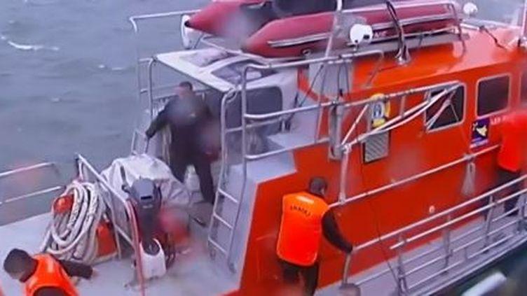 capture d'écran - décembre 2013 -les bénévoles de la SNSM répondent àl'appel de la station de sauvetage de Penmarc'h. ( FRANCE 2 / FRANCETV INFO)