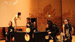 """Les percussionnistes et la flûtiste de l'orchestre Le Balcon pendant les répétitions de """"Samstag aus Licht"""" de Karlheinz Stockhausen à la Philharmonie de Paris. (Le Balcon)"""