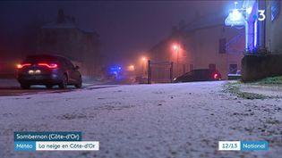 Trois départements – la Côte-d'Or, la Saône-et-Loire, et la Nièvre – sont en vigilance jaune à la neige et au verglas, mardi 12 janvier. Reportage à Sombernon et Dijon (Côte-d'Or). (France 3)