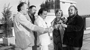 """Le cinéaste Marco Ferreri (D) est accompagné des acteurs (de G à D) Michel Piccoli, Philippe Noiret, Ugo Tognazzi et Andrea Ferreol, après la projection de son film """"La Grande Bouffe"""", le 25 mai 1973, lors du Festival de Cannes.  (AFP)"""