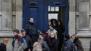 Evacuation suite à une alerte à la bombe au Lycée Condorcet à Paris, le 28 janvier 2016. (OLIVIER CORSAN / MAXPPP)