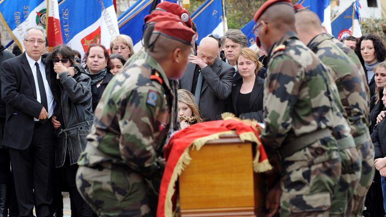 Des parachutistes portent le cercueil de leur collègue, Abel Chennouf, devant la famille, le 15 mars 2012. Ce caporal a été assassiné à Montauban (Tarn-et-Garonne) par Mohamed Merah. (SYLVAIN THOMAS / AFP)
