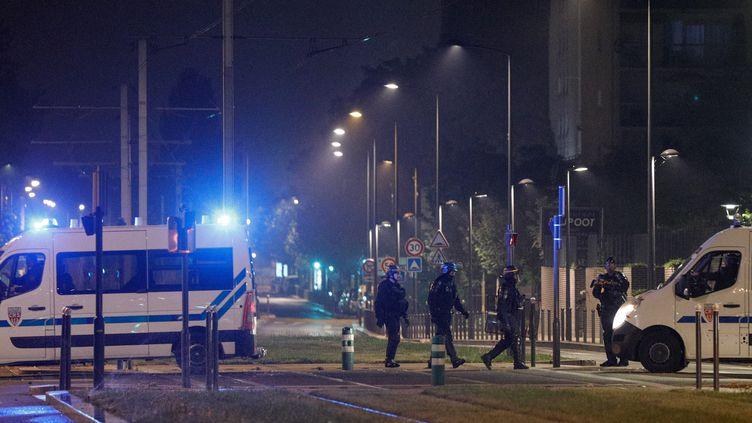 Des policiers à Villeneuve-la-Garenne, le 20 avril 2020, après des heurts survenus à la suite d'un accident entre une moto et une voiture de police. (GEOFFROY VAN DER HASSELT / AFP)