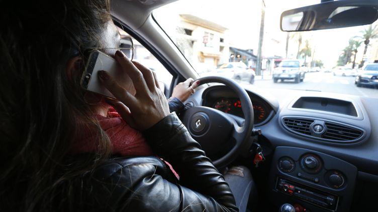 Selon une étude, 75% des jeunes conducteurs reconnaissent utiliser leur téléphone portable au volant. (PASCAL POCHARD-CASABIANCA / AFP)
