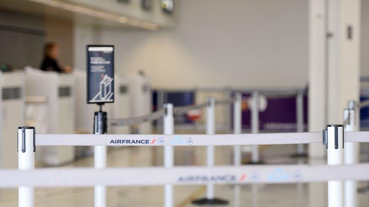 Le comptoir d'Air France vide dans le hall d'enregistrement de l'aéroport de Paris-Orly, le 16 septembre 2014. (STEPHANE DE SAKUTIN / AFP)