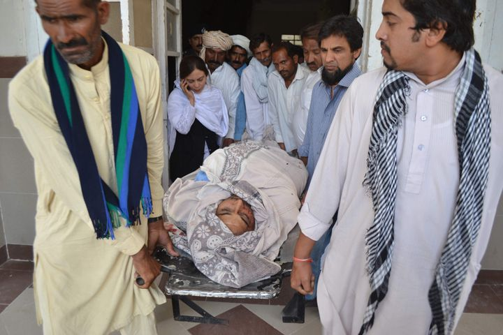 Les proches de Rashid Rehman portent sa dépouille après son assassinat à Multan, au Pakistan, le 8 mai 2014. (SS MIRZA / AFP)