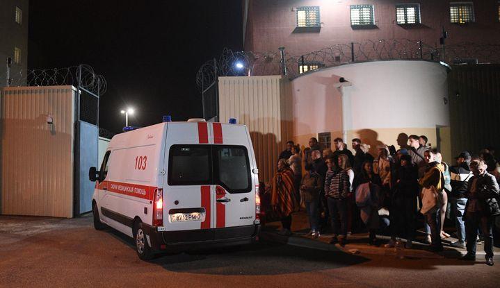 Une ambulance sort du centre de détention d'Okrestina, le 14 août 2020. (VIKTOR TOLOCHKO / SPUTNIK / AFP)