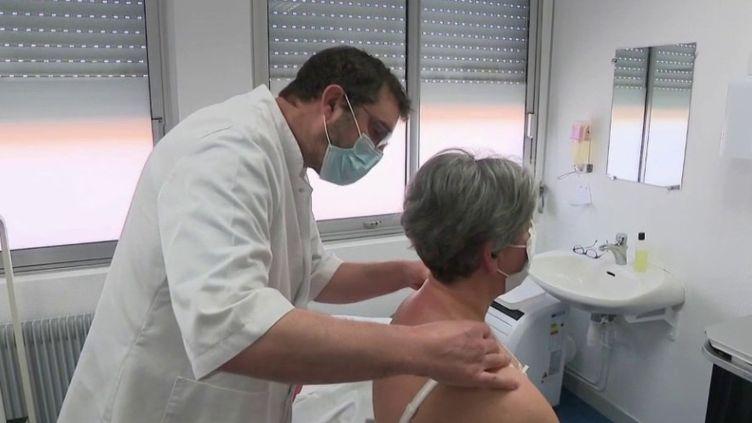 Une initiative de l'hôpital d'Abbeville (Somme) permet aux soignants de se détendre et de mieux supporter la charge de travail. (FRANCE 3)