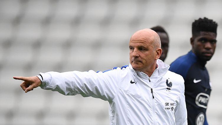 Guy Stéphan dirigeant un entraînement des Bleus, le 29 mai 2016 à Nantes. (FRANCK FIFE / AFP)