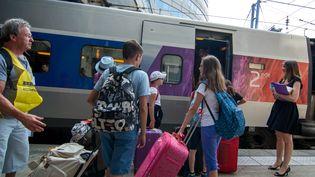 Des passagers montent dans un TGV à la gare Montparnasse, à Paris, le 7 juillet 2015. (  MAXPPP)