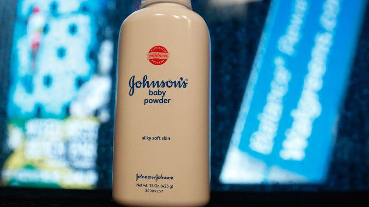 Une bouteille de poudre au talc commercialisée par la marque Johnson & Johnson, en février 2016. (SHANNON STAPLETON / REUTERS)