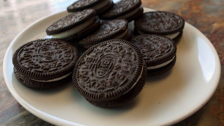 Les deux hommes sont accusés d'avoir volé la recette du dioxyde de titane qui permet de blanchir la crème vanillée des biscuits Oreo. (MANDEL NGAN / AFP)