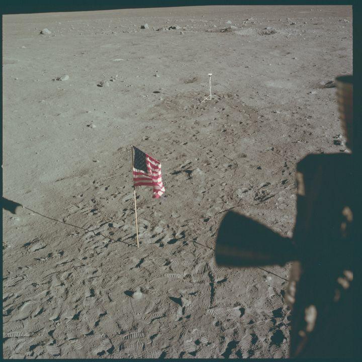 Le drapeau américain, le 20 juillet 1969, sur la Lune. (PROJECT APOLLO ARCHIVE / FLICKR)
