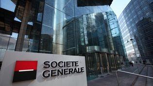 Devant le siège de la Société générale, dans le quartier d'affaires de La Défense (Hauts-de-Seine), le 22 mars 2019. (MAXPPP)