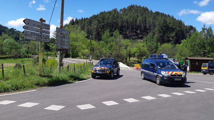 Les gendarmes bouclent le secteur des Plantiers (Gard),lors de la recherche de l'auteur présumé du double homicide dans une scierie. Photo d'illustration. (PHILIPPE THOMAIN / RADIO FRANCE)