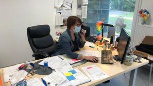 Caroline, principale d'un collège de l'Essonne, dans son bureau. (ALEXIS MOREL / RADIO FRANCE)
