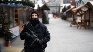 Un policier allemand patrouille, mercredi 21 décembre, sur la Breitscheidplatz, à Berlin (Allemagne). (BERND VON JUTRCZENKA / DPA)