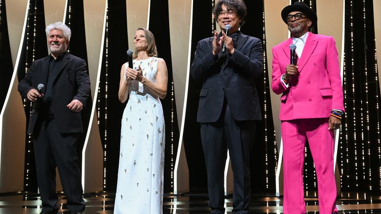 Les réalisateurs Pedro Almodovar, Jodie Foster, Bong Joon-ho et Spike Lee ouvrent le 74e Festival de Cannes, le 6 juillet 2021. (PASCAL LE SEGRETAIN / GETTY IMAGES EUROPE)