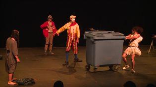 Des élèves en école de cirque en représentation pendant le festival CIRCA le 22 octobre 2021. (France 3 Midi-Pyrénées)