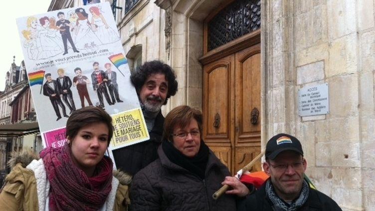 Des manifestants pro-mariage pour tous confient s'être fait disperser par un élu FN, le 16 février 2013 à Auxerre. (FRANCE 3 BOURGOGNE)