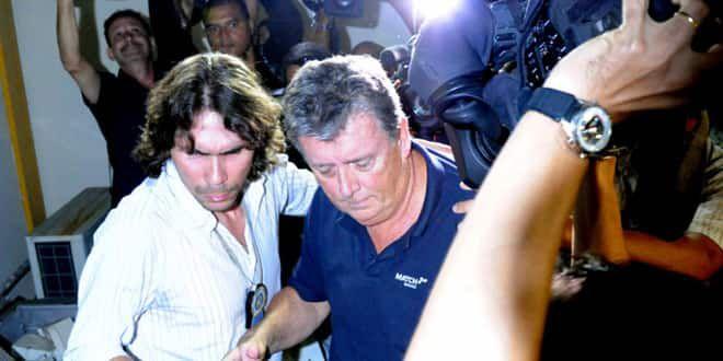 Ray Whelan emmené par un policier brésilien lors de son arrestation au Copacabana Palace de Rio