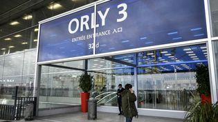 Des passagers devant une entrée de l'aéroport d'Orly (Val-de-Marne), le 7 février 2021. (MAGALI COHEN / HANS LUCAS)