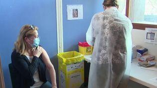 Covid-19 : pour éviter le gaspillage, des personnes non prioritaires sont parfois vaccinées (France 2)