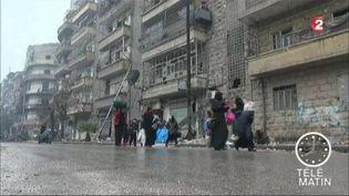Des civils marchent dans les rues d'Alep. (France 2)